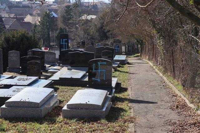 Imagen de archivo de esvásticas dibujadas en un cementerio.