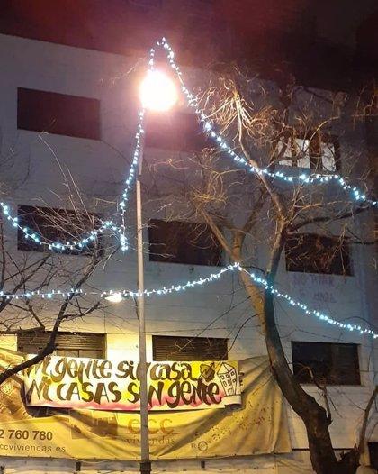 """Un centenar de personas okupa un edificio de 86 viviendas """"abandonadas"""" en Collado Villalba"""