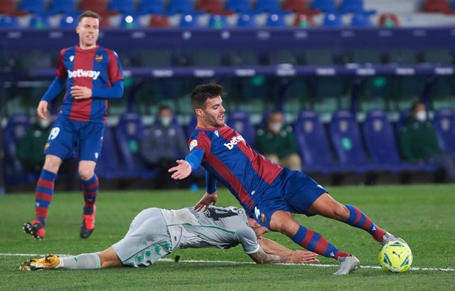 Rober Pier of Levante UD and Aitor Ruibal of Real Betis during the La Liga Santander mach between Levante and Real Betis at Estadio Ciutat de Valencia on 29 December, 2020 in Valencia, Spain