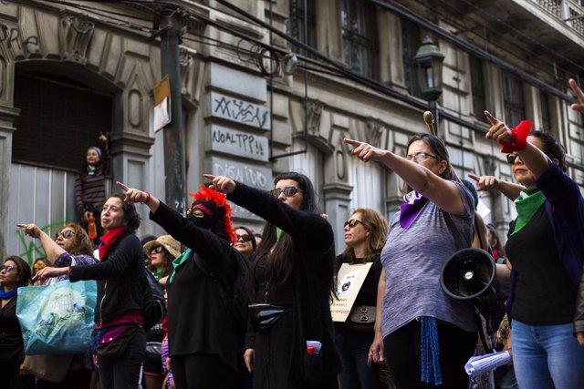 """Un grupo de mujeres realiza intervencion de Las Tesis """"El violador eres tu"""", durante la marcha feminista en conmemoracion del Dia Internacional de la Mujer en Valparaiso"""