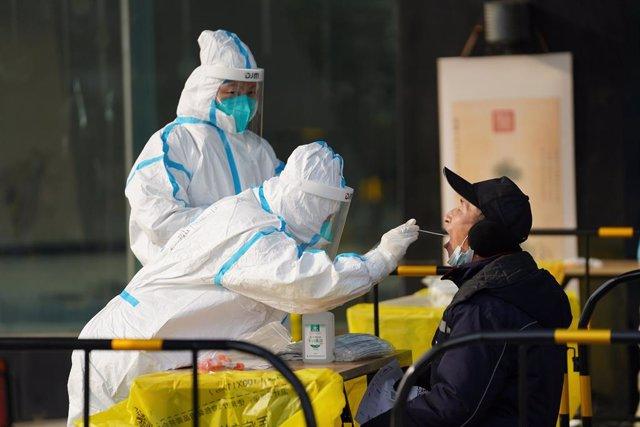 Una persona se realiza una prueba de coronavirus en Pekín, China.