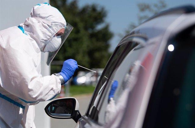 Un trabajador sanitario realiza un test de coronavirus en Alemania.