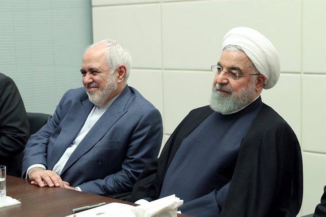 El ministro de Exteriores de Irán, Mohamad Yavad Zarif (i), y el presidente de Irán, Hasán Rohani (d)
