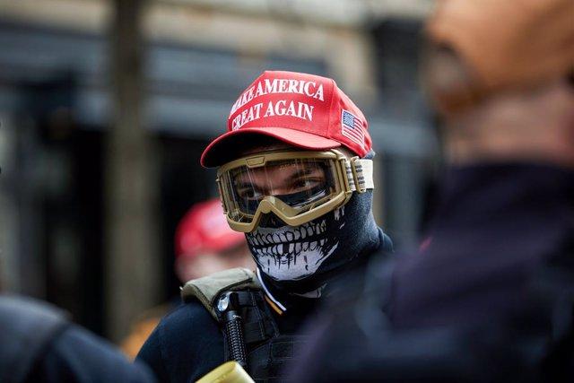 Un miembro del grupo ultraderechista estadounidense Proud Boys durante una manifestación en apoyo a Trump