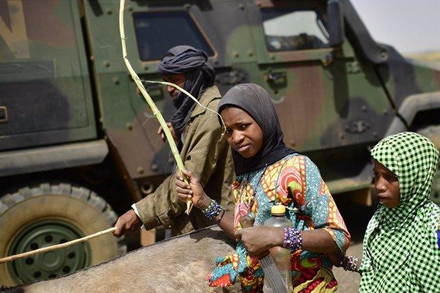 Civiles frente a un vehículo del Ejército en Malí