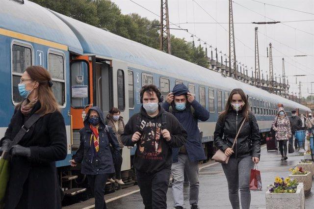 Personas con mascarilla en una estación de Budapest