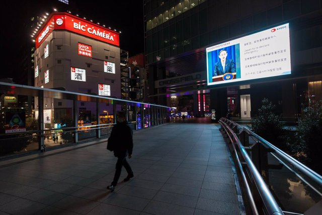 Una persona pasea en Tokio