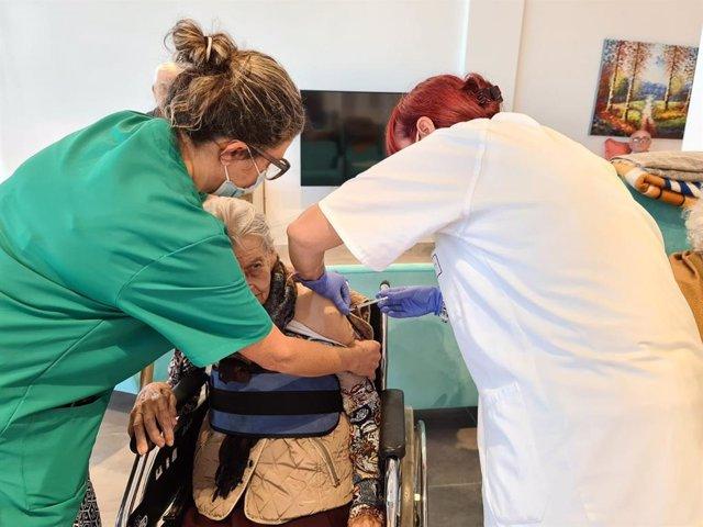 Vacunación en una residencia de La Palma