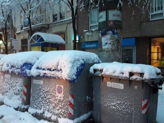 Contenidors coberts de neu a Barcelona