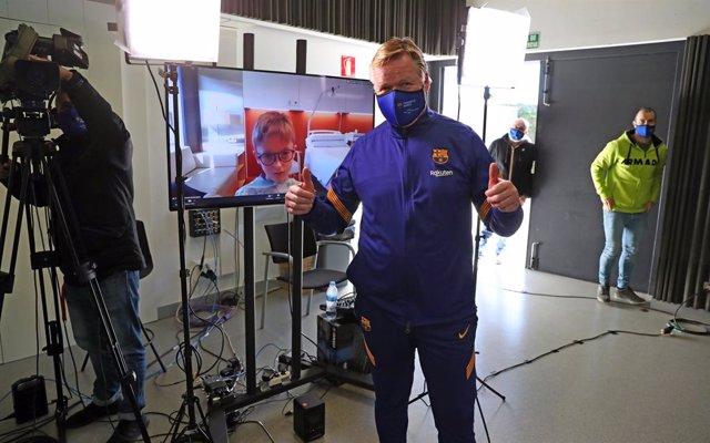 El entrenador del FC Barcelona, Ronald Koeman, en su visita virtual a centros hospitalarios en estas fechas navideñas
