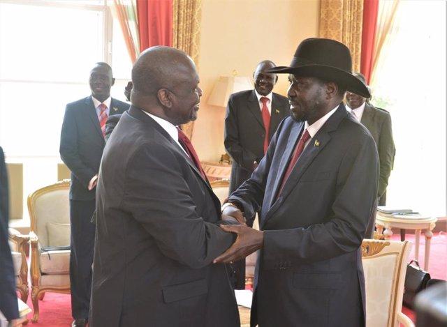 Riek Machar y Salva Kiir en su encuentro en Entebbe (Uganda)