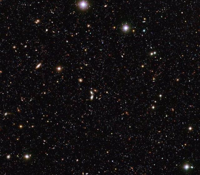 Dos métodos para determinar la tasa cósmica de expansión del universo han alcanzado resultados precisos pero mutuamente inconsistentes. Los astrónomos esperaban que un tercer método que utiliza ondas gravitacionales fuera más preciso, pero hay problemas