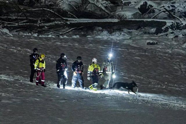 Equipos de rescate buscan a supervivientes tras un deslizamiento de tierra en Ask (Noruega)