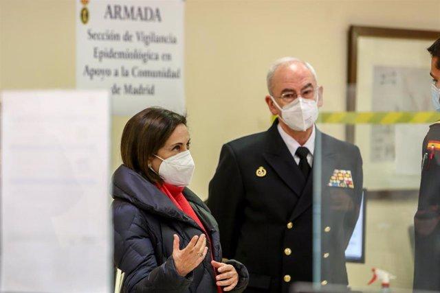 La ministra de Defensa, Margarita Robles (i) y el jefe de Estado Mayor de la Armada, Teodoro Esteban López Calderón (centro), durante una visita a la Unidad de Verificación Epidemiológica, en Madrid (España) a 5 de enero de 2021.