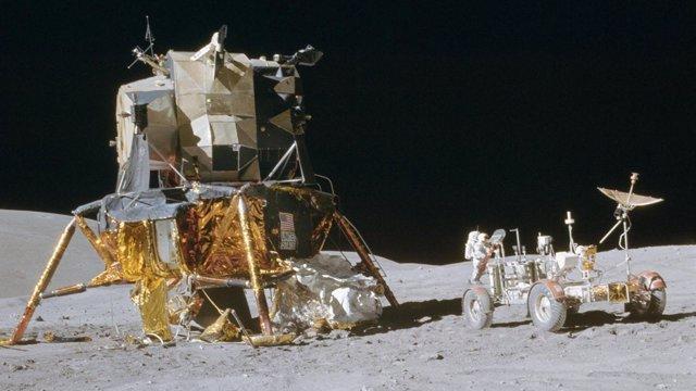 Vista del módulo de aterrizaje y el rover de la misión Apolo 16