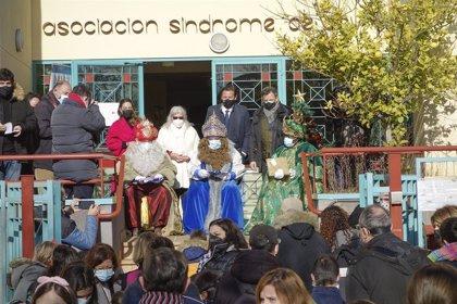 Los Reyes Magos visitan a los niños de GranaDown, Aldeas Infantiles y el colegio Genil
