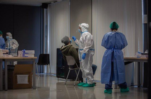 Un home rep una prova PCR en un cribratge (Arxiu)