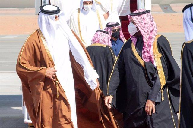 El príncep hereu de l'Aràbia Saudita, Mohamed bin Salman (d), rep l'emir de Qatar, Tamim bin Hamad Al Thani (e), en la cimera del Consell de Cooperació dels Estats Àrabs del Golf (CCG)
