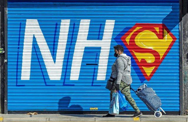 Mural a favor del Sistema Nacional de Salud (NHS) duratne la crisis del coronavirus en Liverpool, Inglaterra, Reino Unido
