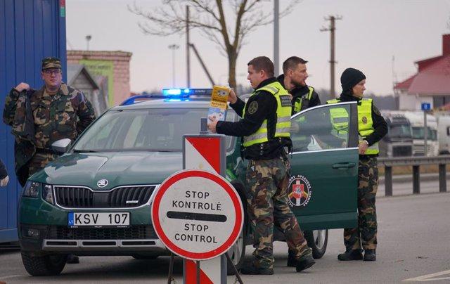 Un control en la frontera entre Lituania y Letonia para controlar el avance del coronavirus en el país.