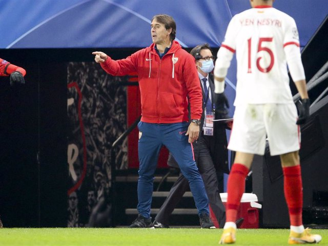 Coach of Sevilla FC Julen Lopetegui during the UEFA Champions League, Group E football match between Stade Rennais and Sevilla FC (FC Seville) on December 8, 2020 at Roazhon Park in Rennes, France - Photo Jean Catuffe / DPPI