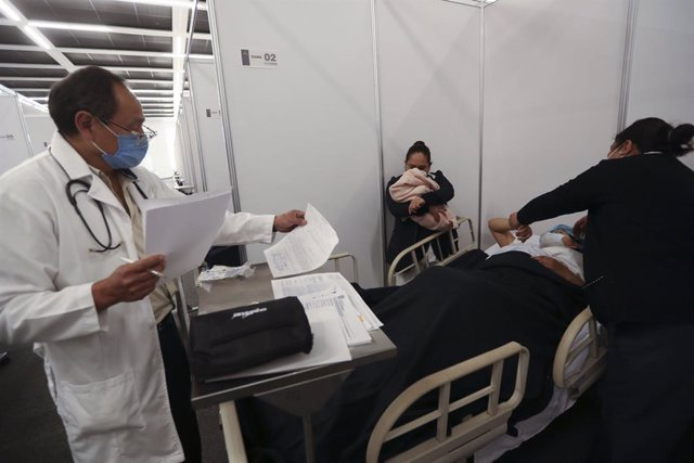04 January 2021, Mexico, Toluca: Medical staff treat a patient in the Toluca Convention and Exhibition Centre, as the government of the State of Mexico has put into operation a temporary rehabilitation unit for non-Covid-19 patients due to the increase in