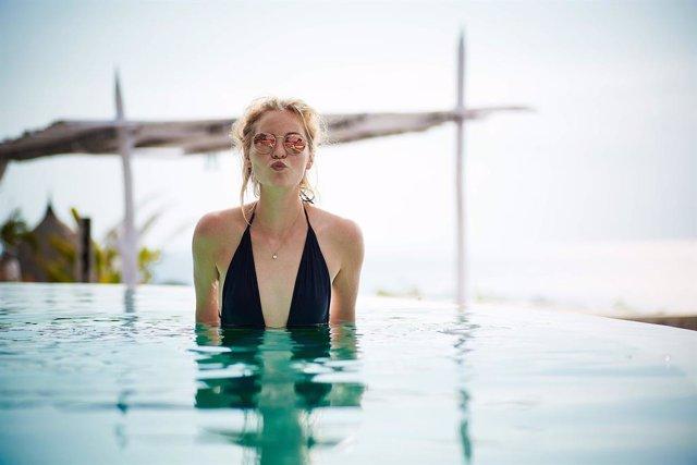 Mujer, piscina, cistitis, verano, vacaciones