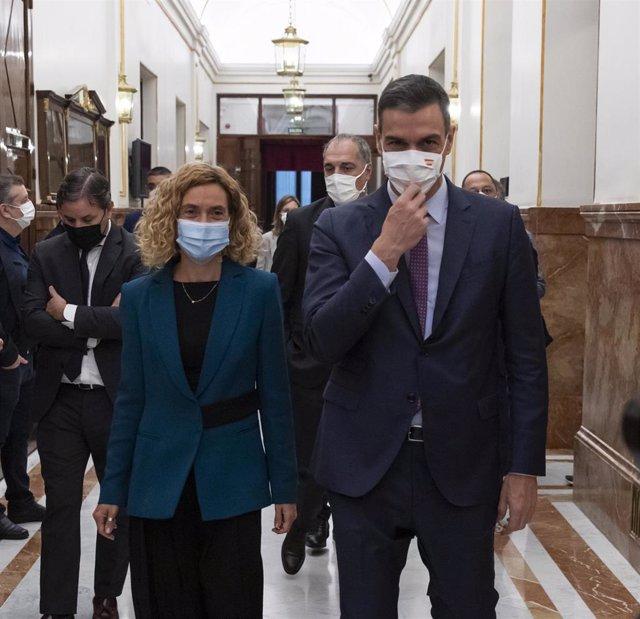 El presidente del Gobierno, Pedro Sánchez, y la presidenta del Congreso, Meritxell Batet,