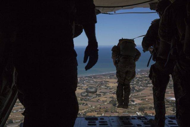 Marines estadounideneses saltan de un avión en la base de Rota