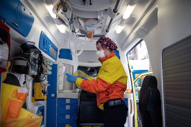 Una tècnic del Sistema d'Emergències Mèdiques (SEM) de la Generalitat de Catalunya en una ambulància durant un servei i neteja d'EPIs, a Barcelona/Catalunya (Espanya) a 19 d'abril de 2020.