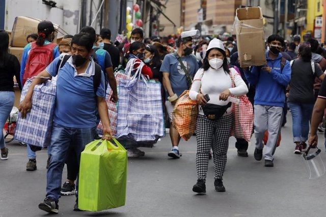 Calles de Perú con gente llevando mascarillas y ultimando las compras navideñas en el contexto de la pandemia del coronavirus.