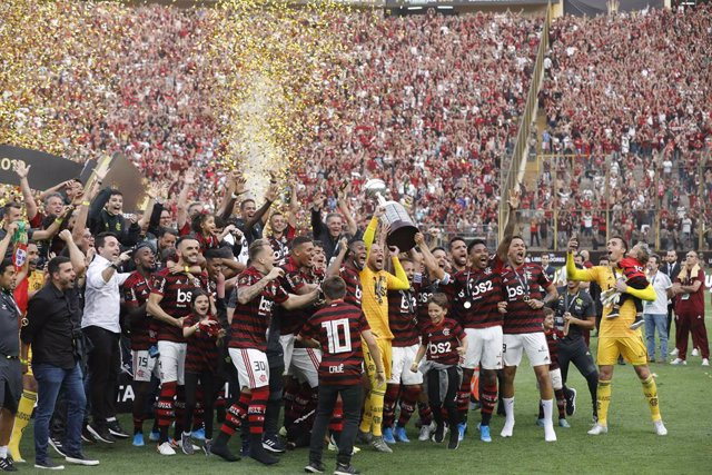 """23 November 2019, Peru, Lima: Flamengo players celebrate with the trophy after winning the 2019 Copa Libertadores final soccer match between Flamengo and River Plate at Estadio Monumental """"U"""". Photo: Mariana Bazo/ZUMA Wire/dpa"""