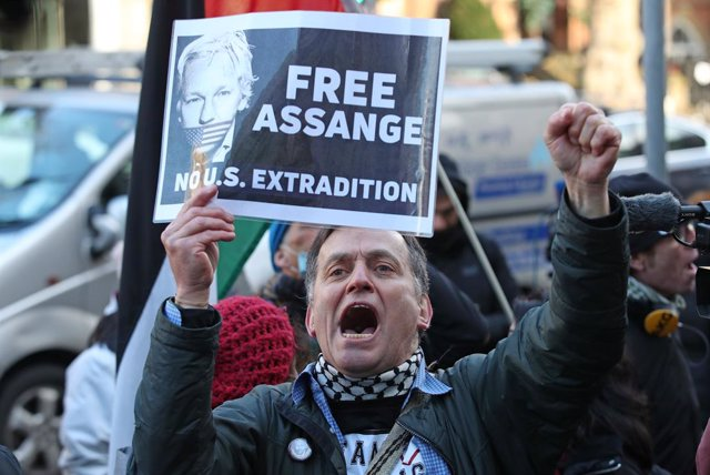 Un seguidor de Julian Assange reivindica su libertad en una protesta en Londres.