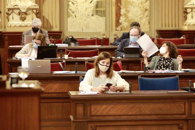 La presidenta del Govern balear, Francina Armengol, seguint el ple del Debat de Pressupostos de 2021