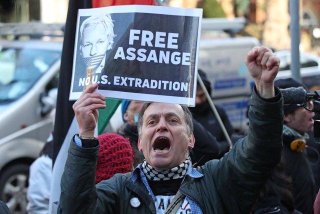 Un seguidor de Julian Assange reivindica la seva llibertat en una protesta a Londres.