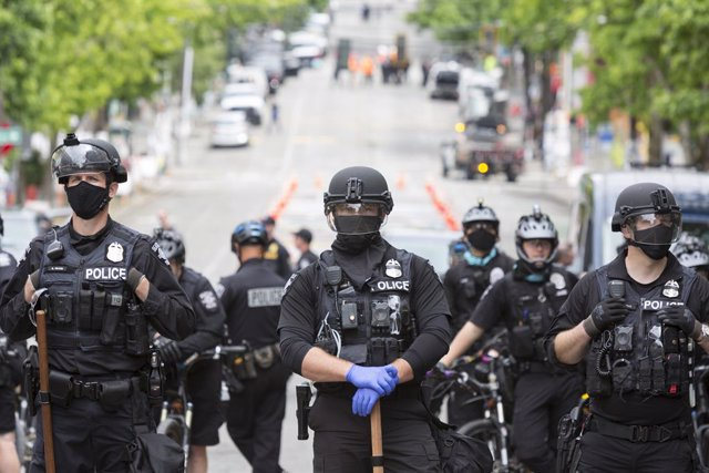01 July 2020, US, Seattle: Members of the Seattle Police stand guard along Pine Street after clearing demonstrators of the Capitol Hill Occupied Protest (CHOP). Photo: Paul Christian Gordon/ZUMA Wire/dpa