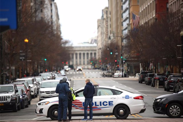 06 January 2021, US, Washington: Police are seen near the USCapitol before the Congress meets to affirm President-elect Joe Biden's victory. Photo: Steven Ramaherison/TheNEWS2 via ZUMA Wire/dpa