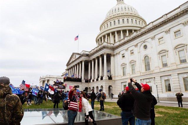 Seguidores de Donald Trump junto al Congreso de Estados Unidos