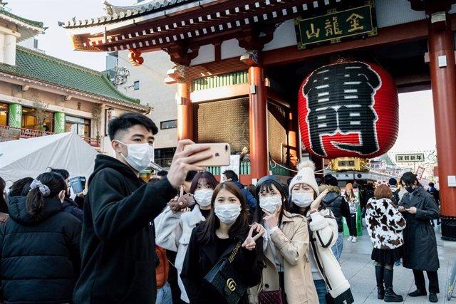 Un grupo de personas visita el templo de Senso-ji, en Tokio, con motivo de las celebraciones de Año Nuevo.