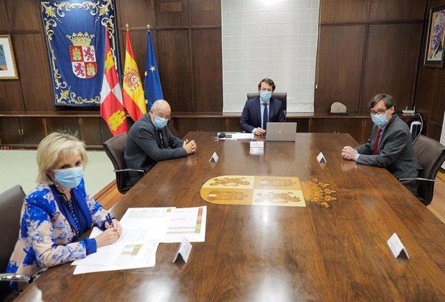 El presidente de la Junta, Alfonso Fernández Mañueco, (al fondo) en una reunión con Casado, Igea y el ministro de Sanidad, Salvador Illa.