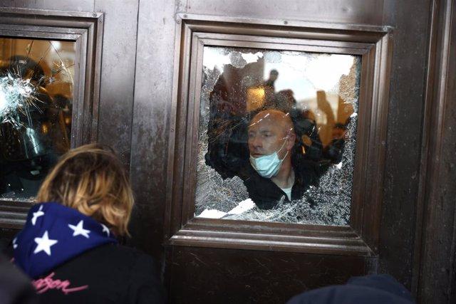 Enfrentamientos a la entrada del Capitolio de Estados Unidos