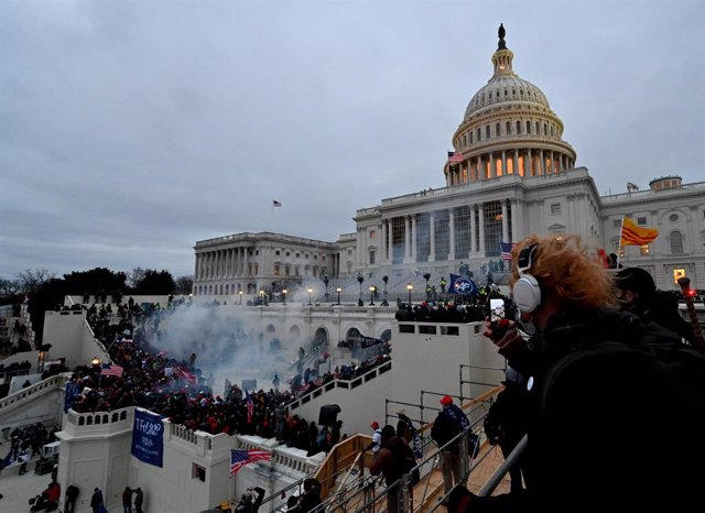 07 January 2021, US, Washington: Tear gas is fired as Supporters of US President Donald Trump storm the USCapitol building where lawmakers were due to certify president-elect Joe Biden's win in the November election. Photo: Essdras M. Suarez/ZUMA Wire/dp