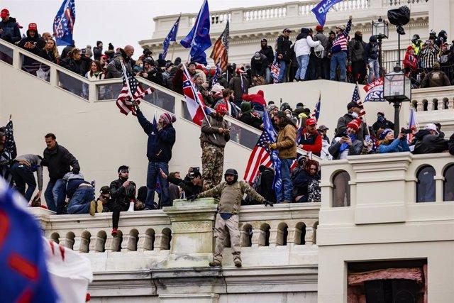 Protesta de seguidores de Donald Trump junto al Congreso de Estados Unidos