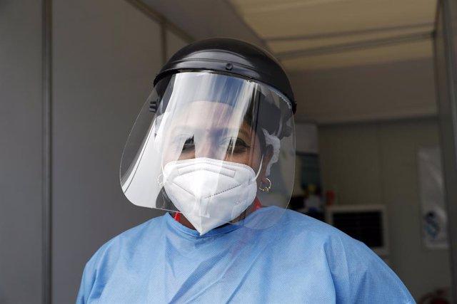 Una enfermera con mascarilla y pantalla por el coronavirus en Johannesburgo, Sudáfrica