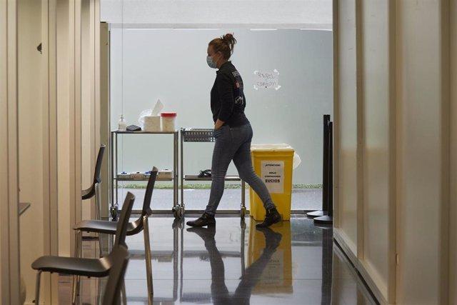 Un dispositivo en un centro de Refena para administrar la vacuna contra la COVID-19 a profesionales sociosanitarios, en Pamplona, Navarra (España)