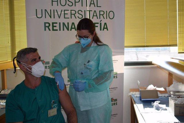 Un enfermero recibe la vacuna contra el Covid