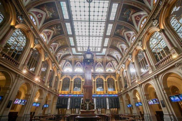 El interior de la Bolsa de Madrid (España),
