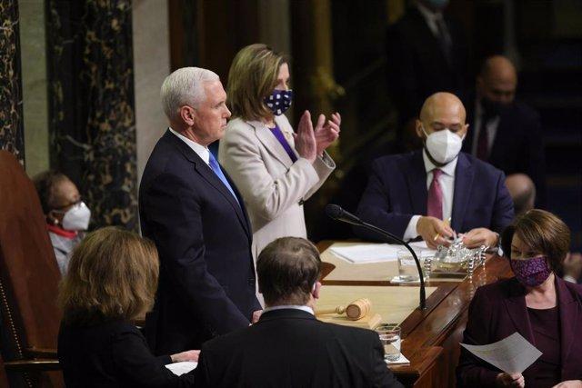 Mike Pence y Nancy Pelosi presiden la certificación de los votos en el Congreso de Estados Unidos