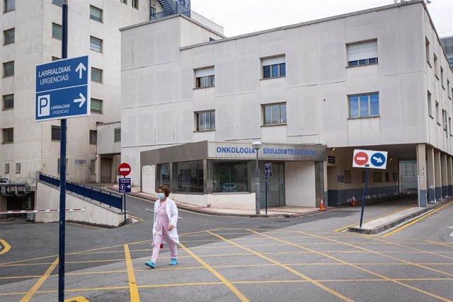 Una profesional sanitaria en las inmediaciones del  Hospital de Txagorritxu (Vitoria).