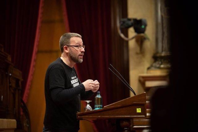 El diputat de la CUP, Vidal Aragonés intervé en una sessió plenària en el Parlament de Catalunya, a Barcelona, Catalunya, a 15 de desembre del 2020.